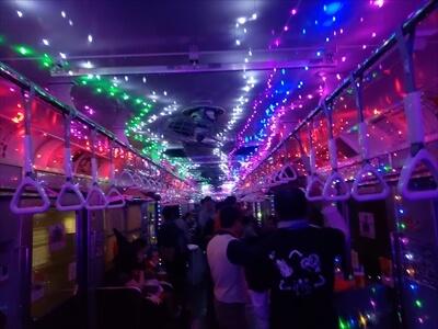 動く電車でハロウィンパーティー-電車内で光るジュエルイルミネーション