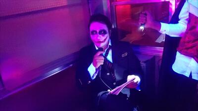動く電車でハロウィンパーティー-コスプレ-ジョーカー