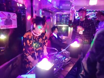 動く電車でハロウィンパーティー-DJブース