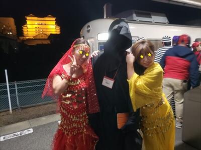 琴電琴平駅で休憩のコスプレーヤー-アラブ人