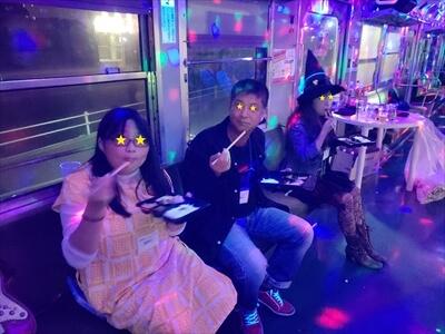 琴電琴平駅でお弁当を食べるハロウィンコスプレーヤー