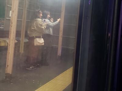 動く電車でハロウィンパーティーの写真をとる一般利用客