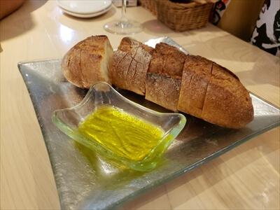 フランスパンとオリーブオイル-高松ラウンドキッチン