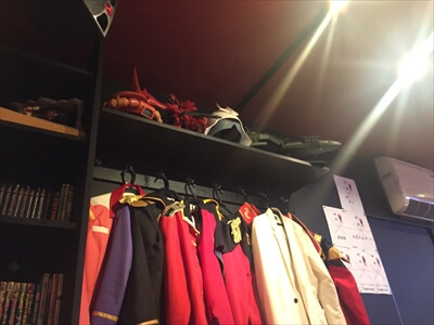 シャーアズナブルに仮装ライオン通りのガンダムバーのジオン軍衣装