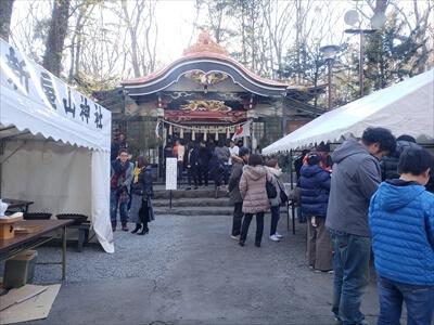 新屋山神社の境内