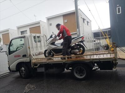 バイクをトラックに積むバイク王さん