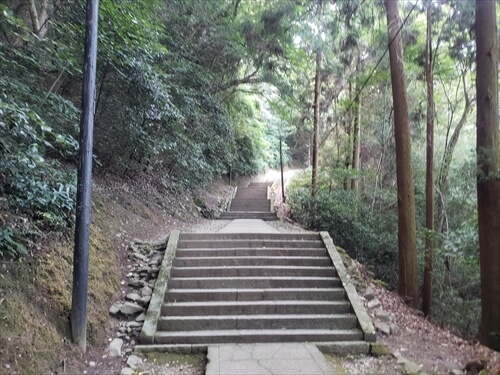 険しい階段-奥社『厳魂神社』への道中