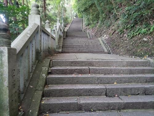 険しく長い階段-奥社『厳魂神社』への道中