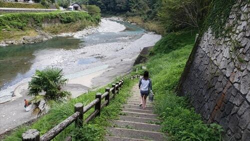 駐車場から川辺への階段-穴吹川『二股の瀬』