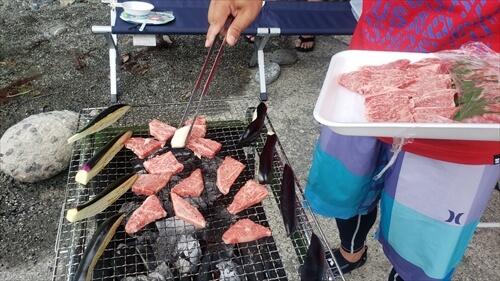 バーベキューの肉を焼く-高松商店街『ふじや』