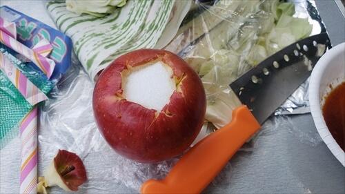 りんごに砂糖入れ-焼きリンゴをバーベキューで-穴吹川『二股の瀬』