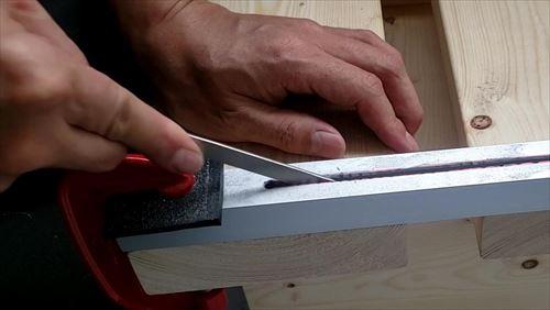 ヤスリがけ-脚部のレール溝づくり-ハイエースのリアゲート下テーブルDIY