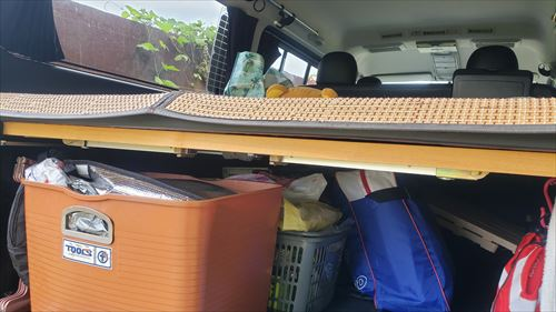 リアゲートテーブル収納-ハイエースのベッドフレームのデッドスペース