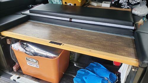 リアゲートテーブル収納-ハイエースのベッドマット下