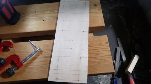 スイッチボックス加工箇所マーキング-ハイエースのサブバッテリー化