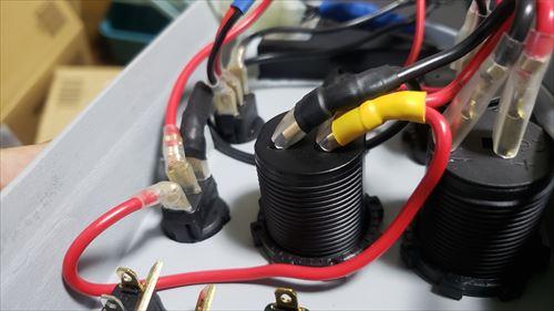 端子を斜めに曲げる-サブバッテリーのスイッチボックス内の配線