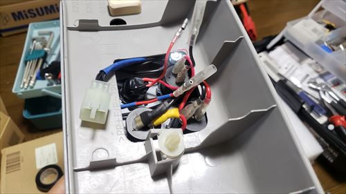 サイドピラーに取り付け-サブバッテリーのスイッチボックス内の配線