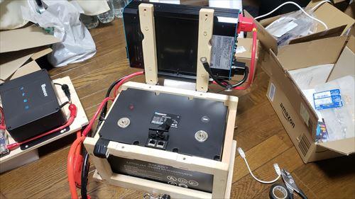 蝶番で開閉式のサブバッテリーユニット