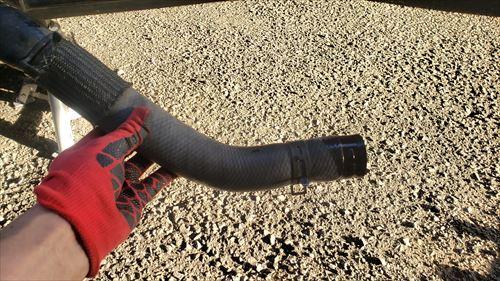 外したアッパーホース-ハイエースラジエーター液漏れ修理