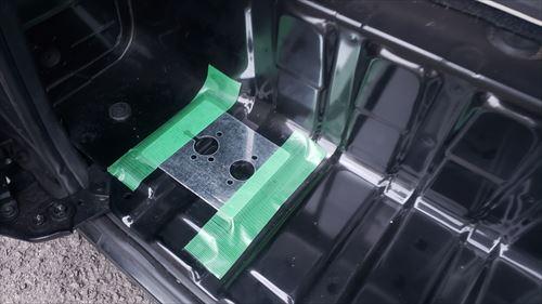 FFヒーターのベースプレート取付け位置-ハイエースのサイドステップ内