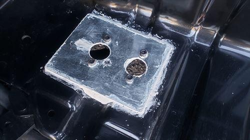 FFヒーターのベースプレートをパテで固定-ハイエースのサイドステップ内