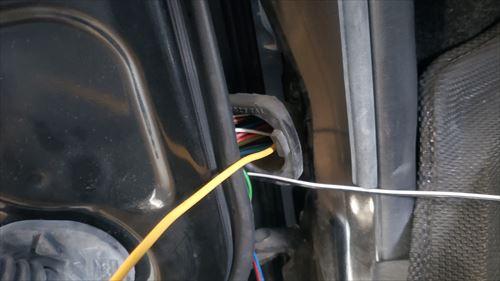 ドアの配線蛇腹カバー内を通線ワイヤーで通す-ハイエース3型