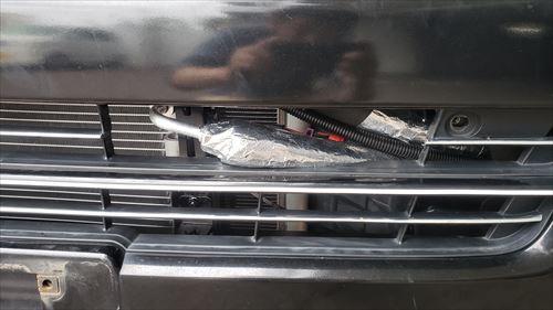 エアコンホースにアルミテープを巻きつけ-ハイエース後付エアコン
