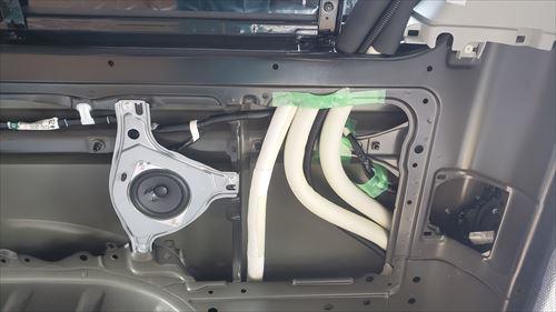 クォーターパネル内の配管-ハイエースの後付エアコン